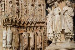 Statue all'entrata della cattedrale di Reims fotografia stock libera da diritti