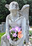 Statue of an angel holding flowers Royalty Free Stock Photos