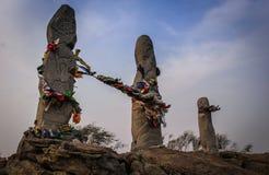 Statue antiche con i disegni dell'era neolitica accanto al complesso etnoculturale di Aldyn-Bulak fotografia stock libera da diritti