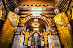 Statue antiche dentro la pagoda Myanmar fotografia stock