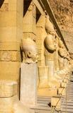 Statue antiche nel tempio mortuario di Hatshepsut Immagini Stock