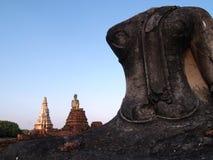 Statue antique cassée de Bouddha devant une vieille église dans l'ayuthaya Thaïlande le dos est le ciel bleu Images stock