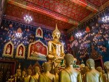 Statue antique de Bouddha en Thaïlande avec la peinture murale autour Image libre de droits
