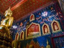 Statue antique de Bouddha en Thaïlande avec la peinture murale autour Images libres de droits