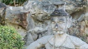 Statue antique du visage de vieil homme dans le style asiatique, Bangkok Thaïlande Photos libres de droits