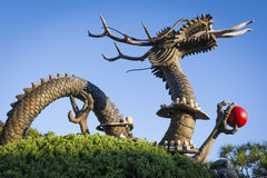 Statue asiatique de dragon avec le ciel bleu Photographie stock libre de droits