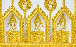 Statue au sujet de religion sur le mur, temple thaï Images stock