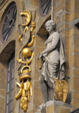 Statue auf barockem historischem Gebäude Stockbild