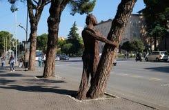 Statue auf Boulevard Bulevardi Deshmoret e Kombit in Tirana stockbild