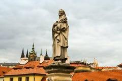 Statue auf Charles-Brücke stockfoto