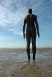 Statue auf Crosby-Strandstrand Liverpool Großbritannien lizenzfreie stockfotos