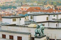 Statue auf Dach des Eingangs zur Bank Tscheche National Bank Stockfotografie