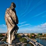 Statue auf der Dachspitze der Wroclaw-Universität Lizenzfreie Stockfotos
