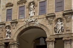 Statue auf der Fassade der Kirche Stockfoto