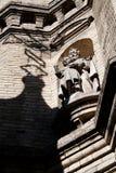 Statue auf einem Gebäude Stockbild