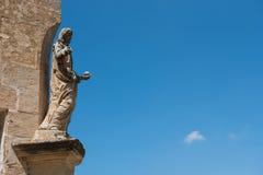 Statue auf einer Kirche mit blauem Himmel Stockbilder