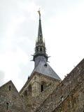 Statue auf Helm von Turmabtei mont Heiligmichel Lizenzfreie Stockfotos