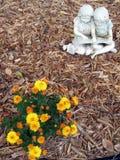 Statue avec des fleurs image libre de droits