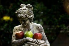 Statue avec des pommes Photos stock