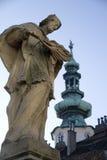 Statue avec la flèche d'église Photos libres de droits