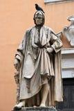 Statue avec le pigeon sur la tête Photographie stock libre de droits