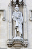 Statue avec le pigeon sur sa tête photos stock