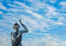 Statue avec les ailes et la torche Images stock