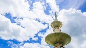 Statue avec un ciel lumineux Photographie stock libre de droits