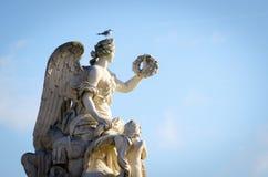 Statue avec un oiseau se tenant sur le dessus Photo stock