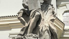 Statue baroque de grès, saint saint chrétien, sculpture en pierre clips vidéos