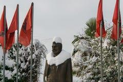Statue bedeckt mit Schnee von Luigj Gurakuqi - albanischer Verfasser und Politiker stockfotografie