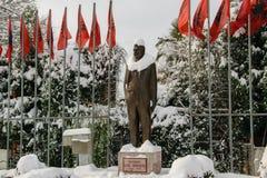 Statue bedeckt mit Schnee von Luigj Gurakuqi - albanischer Verfasser und Politiker stockfotos