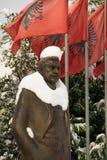 Statue bedeckt mit Schnee von Luigj Gurakuqi - albanischer Verfasser und Politiker lizenzfreie stockfotos
