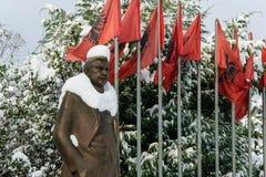 Statue bedeckt mit Schnee von Luigj Gurakuqi - albanischer Verfasser und Politiker stockbild