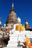 Statue bianche antiche di Buddha e pagoda rovinata, Tailandia fotografia stock libera da diritti