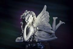 Statue blanche d'ange, fond foncé Photo libre de droits