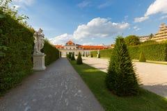 Statue blanche dans le jardin au palais inférieur de belvédère à Vienne, Autriche image libre de droits