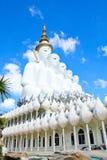 Statue blanche de Bouddha au temple de Phasornkaew Photos stock