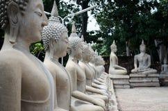 Statue blanche de Bouddha autour de mongkhon de yai Chai de wat Image libre de droits