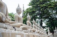 Statue blanche de Bouddha autour de mongkhon de yai Chai de wat Images libres de droits