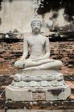 Statue blanche de Bouddha autour de mongkhon de yai Chai de wat Photo libre de droits