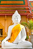 Statue blanche de Bouddha avec le ciel bleu Image stock