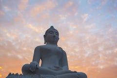 Statue blanche de Bouddha contre le ciel de lever de soleil Photographie stock libre de droits