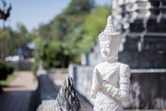 Statue blanche de Bouddha de divinité ou de séraphin Photographie stock libre de droits