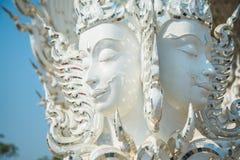 Statue blanche de Bouddha, Wat Rong Khun, Thaïlande Photo stock