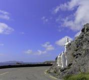 Statue blanche de crucifix de Jésus dans le bon quart de cercle inférieur Photographie stock libre de droits