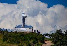 Statue blanche de Jesus Overlooking la ville de Cusco photo libre de droits