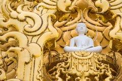 Statue blanche de moine au temple blanc Wat Rong Khun, Chiangrai, Thaïlande images libres de droits