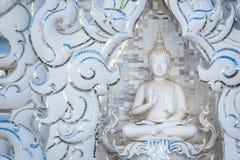 Statue blanche de moine au temple blanc Wat Rong Khun, Chiangrai, Tha?lande photos libres de droits
