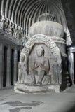 Statue bouddhiste à l'intérieur de temple antique de roche Image libre de droits